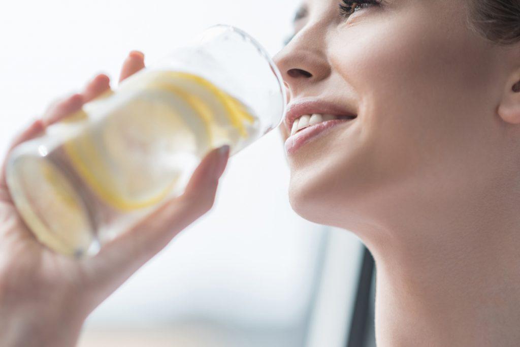 Auf eine ausreichende Flüssigkeitsversorgung achten