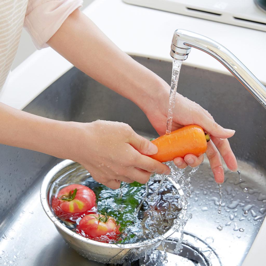 Gemüse solltest du auf jeden Fall abwaschen, aber nicht zu lange und nicht wässern.