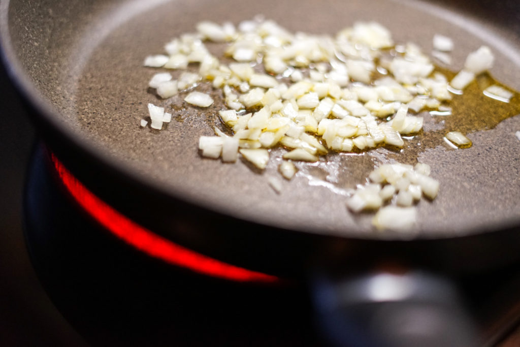 Zwiebeln werden beim Braten milder und karamellbraun.
