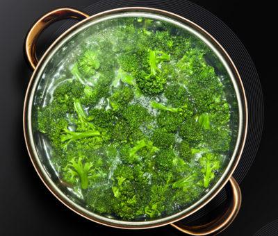 Brokkoli mit Wasser im Topf