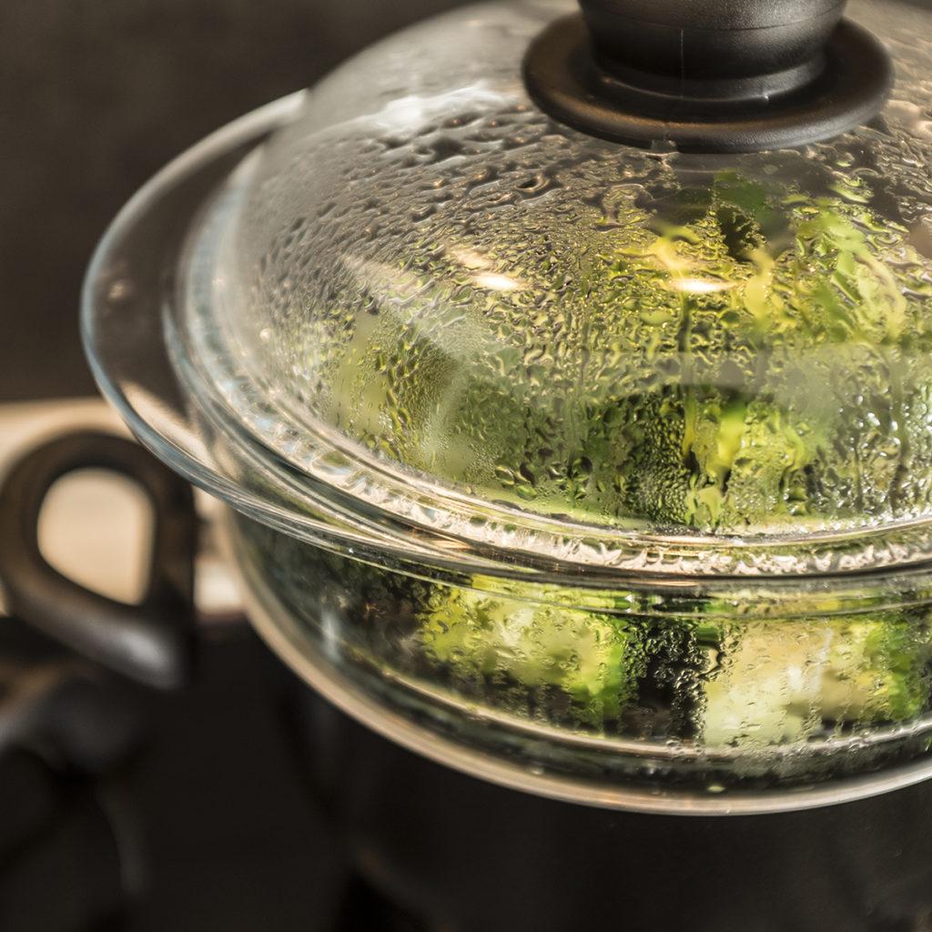 Dünsten ist die schonendste Art der Zubereitung und empfiehlt sich zum Beispiel für Brokkoli.